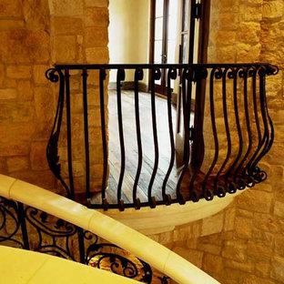 Klassisk inredning av en liten balkong, med räcke i metall