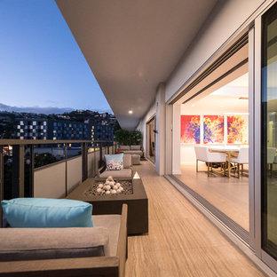 Mittelgroßer, Überdachter Moderner Balkon mit Feuerstelle in Los Angeles