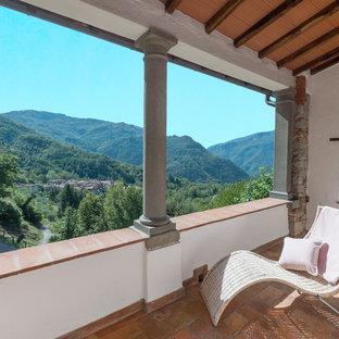 Idee per piccoli terrazze e balconi mediterranei con un tetto a sbalzo