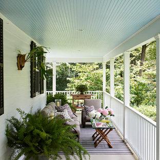 Foto di un balcone country con un tetto a sbalzo