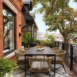 Idée de décoration pour un balcon minimaliste de taille moyenne et d'appartement avec aucune couverture et un garde-corps en métal.