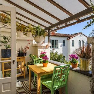 Inspiration för medelhavsstil balkonger, med utekrukor och takförlängning