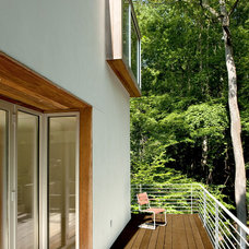 Contemporary Porch by KUBE architecture
