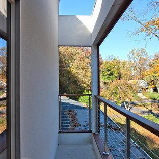 Überdachter, Großer Moderner Balkon mit Sichtschutz und Mix-Geländer in Washington, D.C.