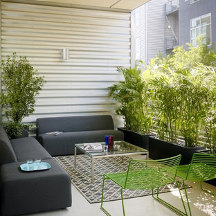 На фото: балкон и лоджия в стиле лофт с навесом и перегородкой для приватности