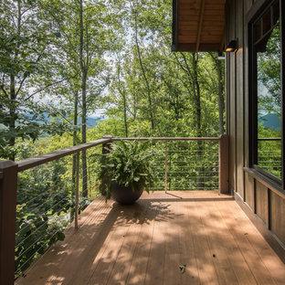 Idee per grandi terrazze e balconi rustici con nessuna copertura e parapetto in materiali misti