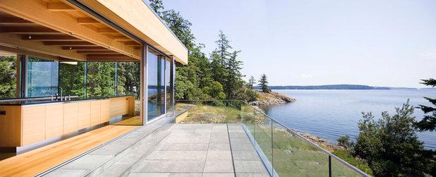 Modern Balcony by RUFproject