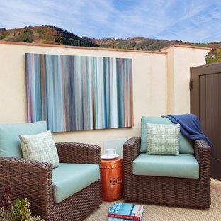 Пример оригинального дизайна: балкон и лоджия среднего размера в средиземноморском стиле с перегородкой для приватности без защиты от солнца