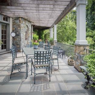 Esempio di terrazze e balconi tradizionali con una pergola