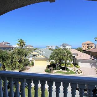Свежая идея для дизайна: балкон и лоджия среднего размера в средиземноморском стиле с навесом и деревянными перилами - отличное фото интерьера