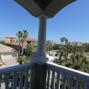 Пример оригинального дизайна: балкон и лоджия среднего размера в средиземноморском стиле с навесом и деревянными перилами