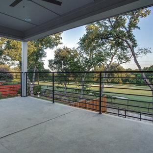 Idee per grandi terrazze e balconi country con un tetto a sbalzo