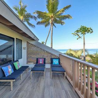Свежая идея для дизайна: балкон и лоджия среднего размера в стиле ретро с деревянными перилами без защиты от солнца - отличное фото интерьера