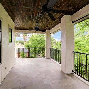 Свежая идея для дизайна: большой балкон и лоджия в средиземноморском стиле с навесом и металлическими перилами - отличное фото интерьера