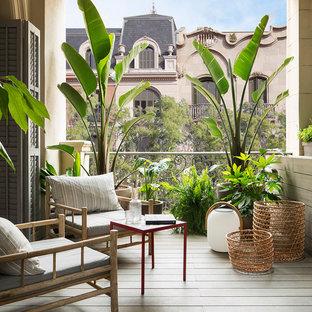 На фото: маленькие балконы и лоджии в средиземноморском стиле с навесом и металлическими перилами