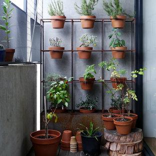 Ispirazione per piccoli terrazze e balconi industriali con un tetto a sbalzo