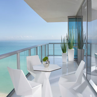 Example of a trendy balcony design in Miami with a roof extension