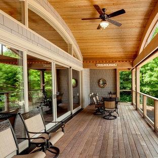 Стильный дизайн: балкон и лоджия среднего размера в стиле ретро с навесом и деревянными перилами - последний тренд