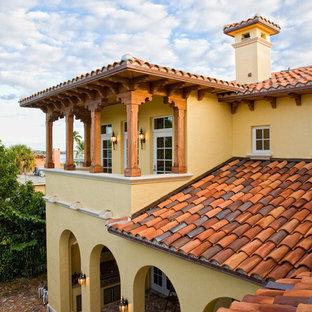 Стильный дизайн: большой балкон и лоджия в средиземноморском стиле с навесом и деревянными перилами - последний тренд