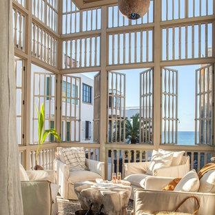 Idee per terrazze e balconi costieri con un tetto a sbalzo e parapetto in legno