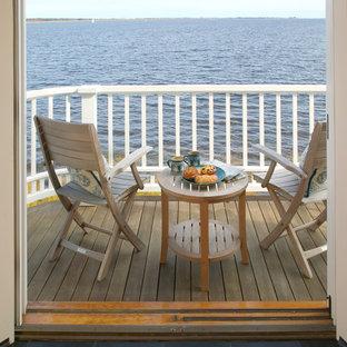 Idée de décoration pour un petit balcon marin avec une extension de toiture.