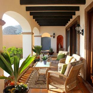 Неиссякаемый источник вдохновения для домашнего уюта: балкон и лоджия в средиземноморском стиле с навесом
