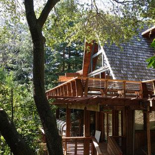 На фото: со средним бюджетом большие балконы и лоджии в стиле ретро с деревянными перилами