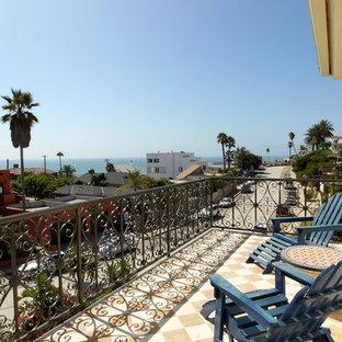 Свежая идея для дизайна: огромный балкон и лоджия в средиземноморском стиле без защиты от солнца - отличное фото интерьера