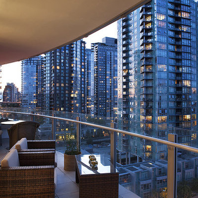 Example of a trendy balcony design in Vancouver with a roof extension
