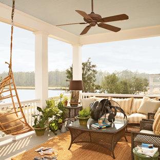 Cette photo montre un balcon bord de mer avec une extension de toiture.