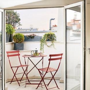 Idée de décoration pour une petite terrasse avec des plantes en pots tradition avec aucune couverture.
