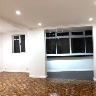 Aménagement d'un petit balcon moderne d'appartement avec une extension de toiture et un garde-corps en verre.