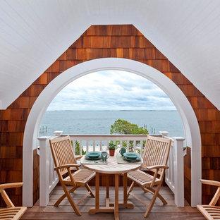 Ispirazione per piccoli terrazze e balconi costieri con un tetto a sbalzo