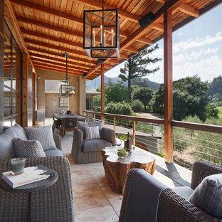 Immagine di grandi terrazze e balconi country con un tetto a sbalzo