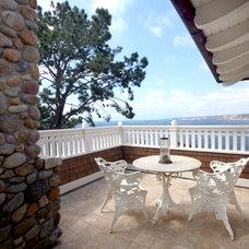 Beach Style Deck by Steigerwald-Dougherty, Inc.