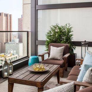 Esempio di terrazze e balconi d'appartamento contemporanei di medie dimensioni con un tetto a sbalzo