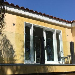 Foto de balcones exótico, de tamaño medio, sin cubierta, con barandilla de vidrio