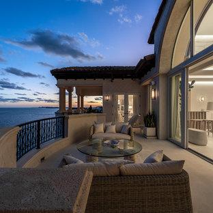 Свежая идея для дизайна: огромный балкон и лоджия в средиземноморском стиле с навесом и перилами из смешанных материалов - отличное фото интерьера