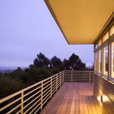 Modern Porch by building Lab, inc.