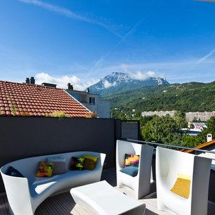 Cette image montre une terrasse design de taille moyenne avec une extension de toiture.