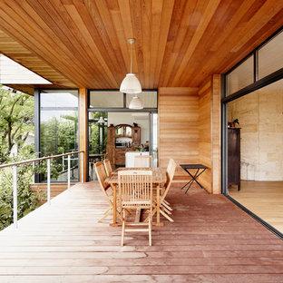 Réalisation d'une terrasse et balcon design de taille moyenne avec une extension de toiture.