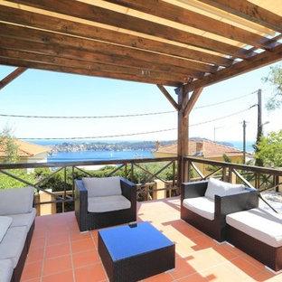 На фото: перголы на балконе среднего размера в стиле ретро с деревянными перилами