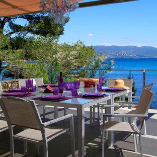 Inspiration pour une grande terrasse et balcon marine avec un auvent.