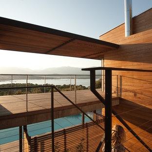 Idées déco pour une terrasse contemporaine de taille moyenne avec une extension de toiture.