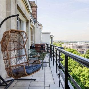 Cette image montre une terrasse design avec aucune couverture et un garde-corps en métal.