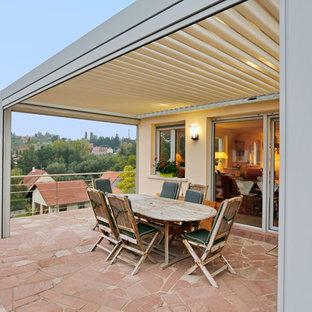 Cette photo montre un balcon tendance de taille moyenne avec une pergola.