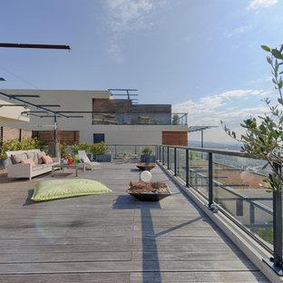 Cette image montre une grande terrasse et balcon méditerranéenne avec une pergola.
