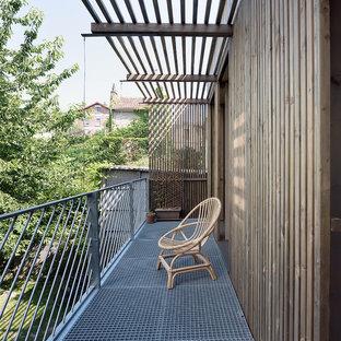 Réalisation d'un balcon nordique avec une pergola et un garde-corps en métal.