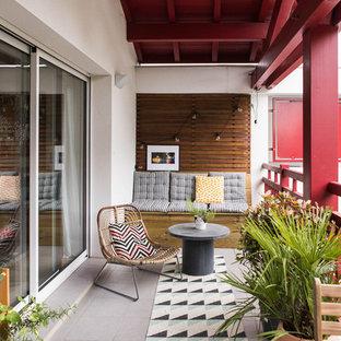 Réalisation d'un grand balcon minimaliste d'appartement avec une extension de toiture et un garde-corps en bois.