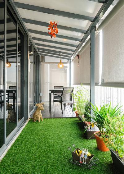 Современный Балкон и лоджия Executive Condominium (Rustic French Cottage theme)